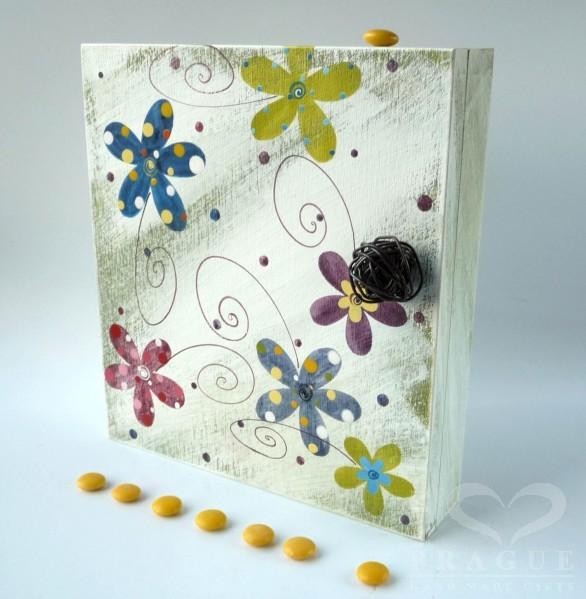 Skříňka na klíče – zelenobílá – kytky