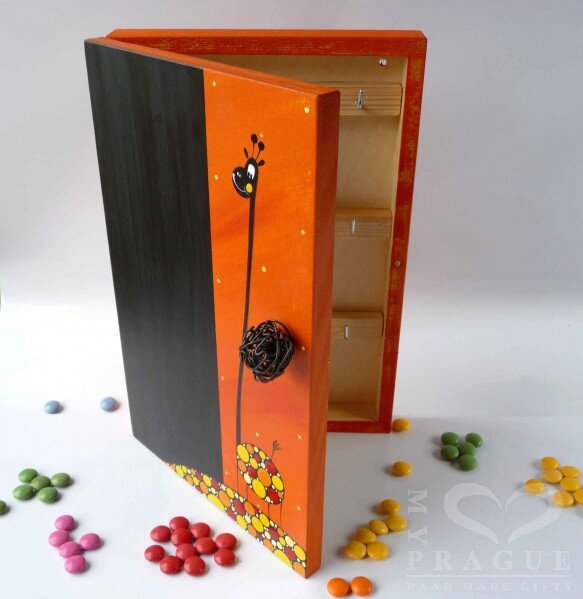 Skříňka na klíče s tabulí – oranžová – žirafa