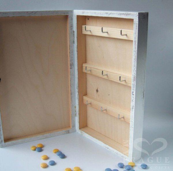 Skříňka na klíče s tabulí – podvečer na návsi