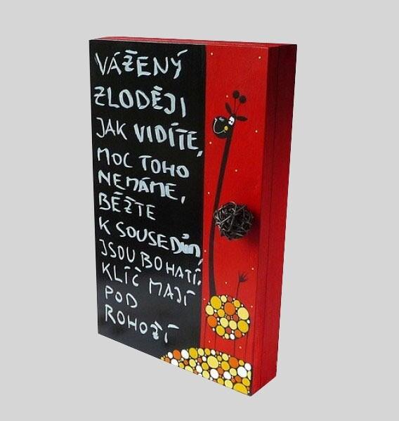 Skříňka na klíče s tabulí – červená – žirafa