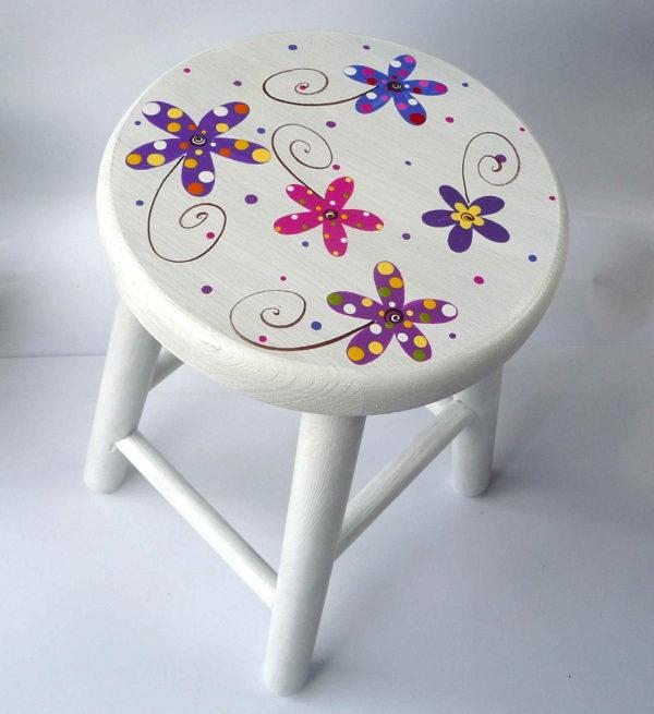 Židlička – bílá s květy