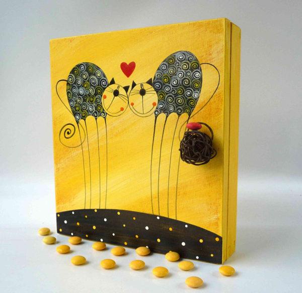 Skříňka na klíče – žlutá – zamilované kočičky